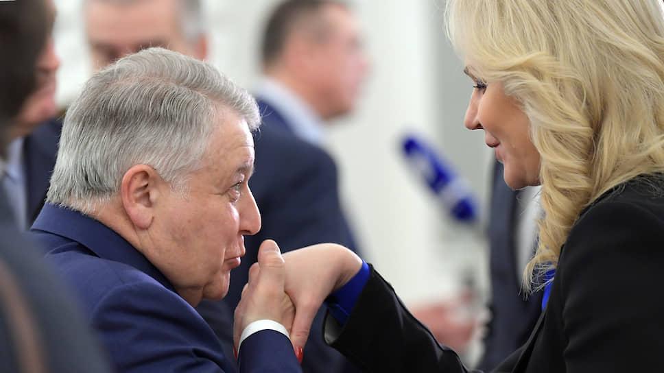 Президент «Курчатовского института» Михаил Ковальчук перед заседанием обменялся приветствием с вице-премьером Татьяной Голиковой