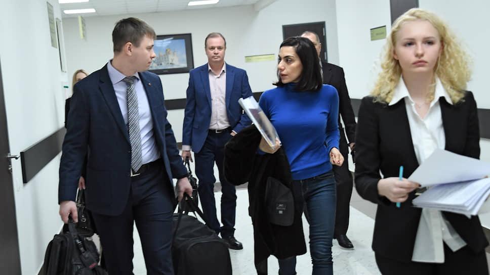 Карина Цуркан пришла в суд с вещами, которые теперь ей понадобятся в СИЗО