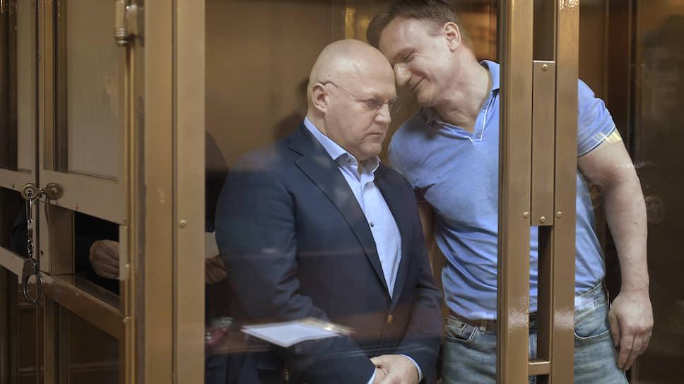 Гособвинение считает, что Александр Дрыманов (справа) заслуживает самого сурового наказания