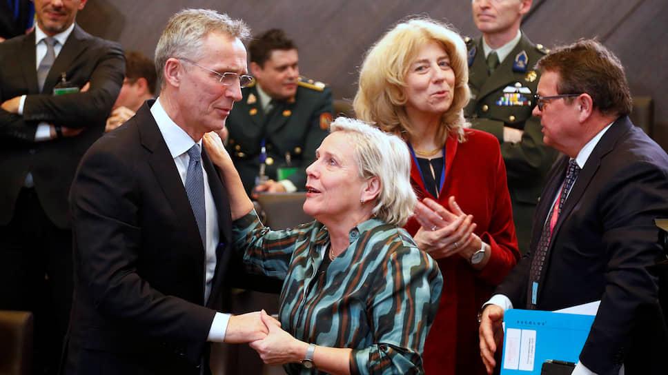 Генсек НАТО Йенс Столтенберг и министр обороны Нидерландов Анк Бейлевелд