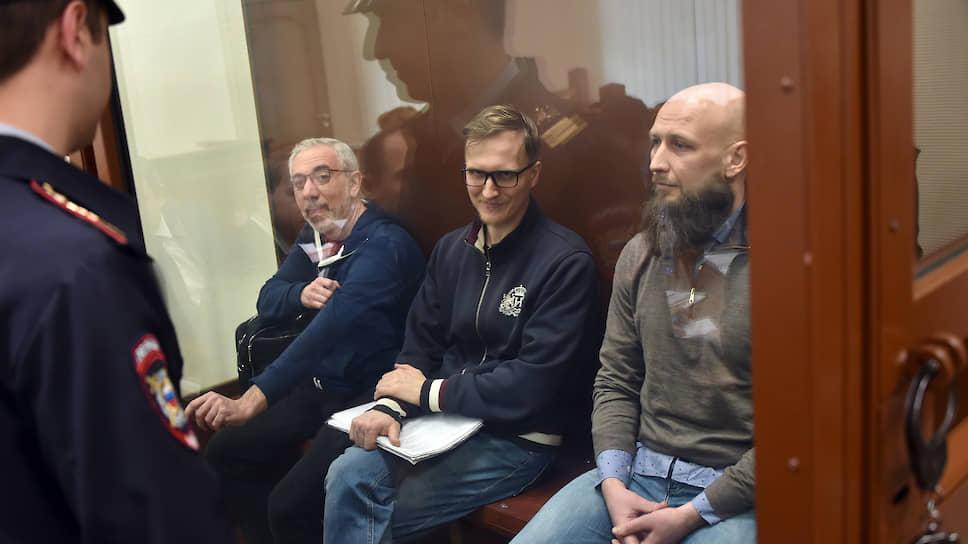 После года, проведенного в СИЗО, Ваган Абгарян, Иван Зюзин и Максим Владимиров (слева направо) были отпущены судом под домашний арест