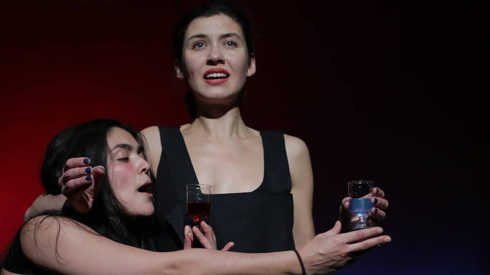 Дуэт играющих в спектакле актрис изображает саму Фриду и Смерть, годами кружившую вокруг художницы