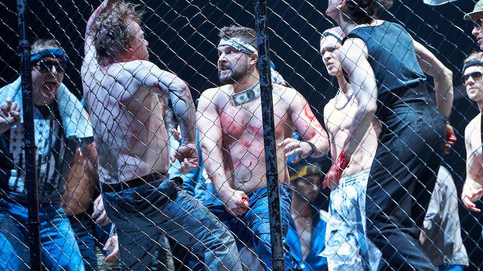Мир гетевского «Фауста» в спектакле Мартина Кушея приобретает угрожающе современные черты