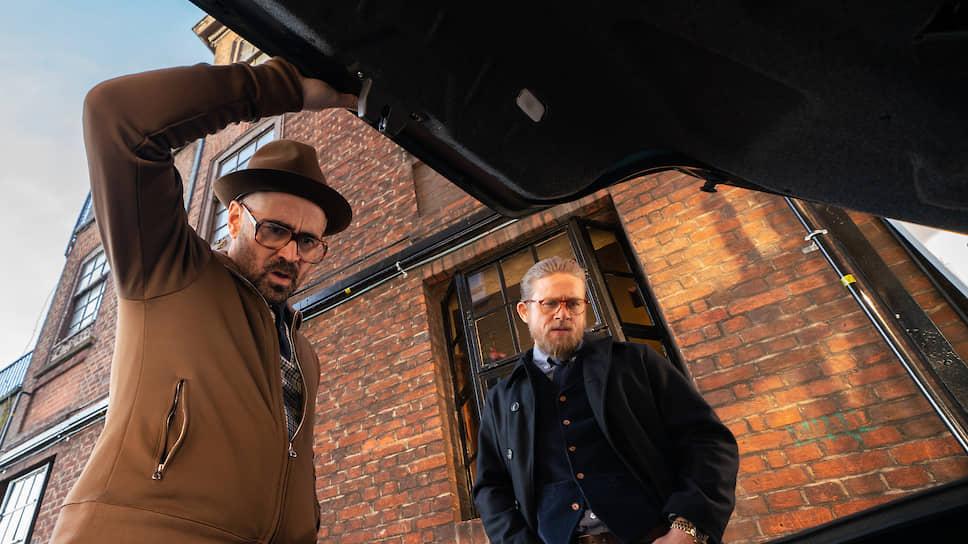Колин Фаррелл (слева) и Чарли Ханнэм играют старинных героев Гая Ритчи, будто прибывших в 2020-й на машине времени