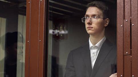 Суд рассматривает спину  / Начался процесс по делу Андрея Баршая — студента, толкнувшего росгвардейца