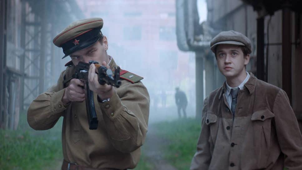 Лишенный страха и упрека Калашников (Юрий Борисов, слева) напоминает героических комсомольцев из советских фильмов