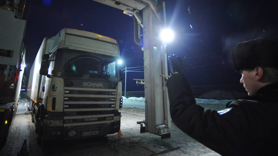 Грузоперевозчики просят сотрудников таможенной службы не давить им на весы