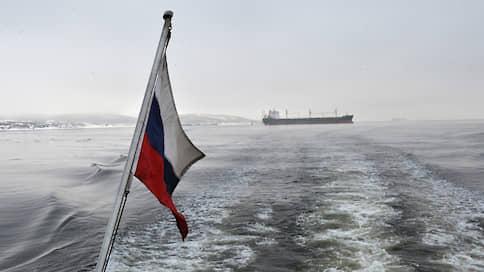 Сырье порвут на российский флаг  / Правительство планирует заставить компании возить нефть и газ судами РФ