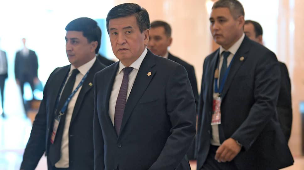 Президент Киргизии Сооронбай Жээнбеков (в центре) сделал упор на связях с Россией и позиционирует себя как пророссийский политик