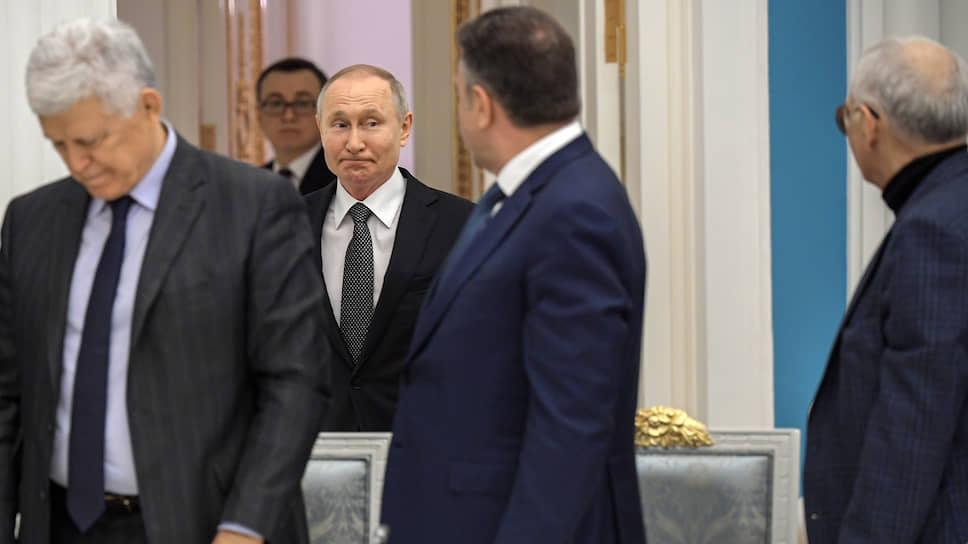 В Конституцию вписались отцы и дети / Как Владимир Путин пошел на поводу у рабочей группы