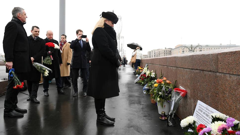 На место убийства Бориса Немцова в день годовщины его смерти приехали иностранные дипломаты (на фото в центре заместитель посла Великобритании в РФ Линдси Сколл)