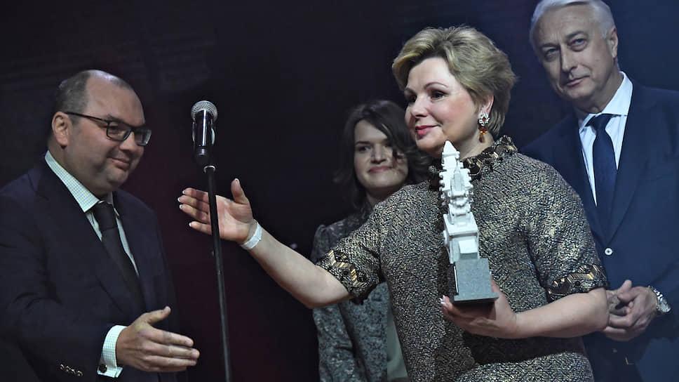 Генеральный директор ТАСС Сергей Михайлов (слева) и гениректор Музеев Московского Кремля Елена Гагарина