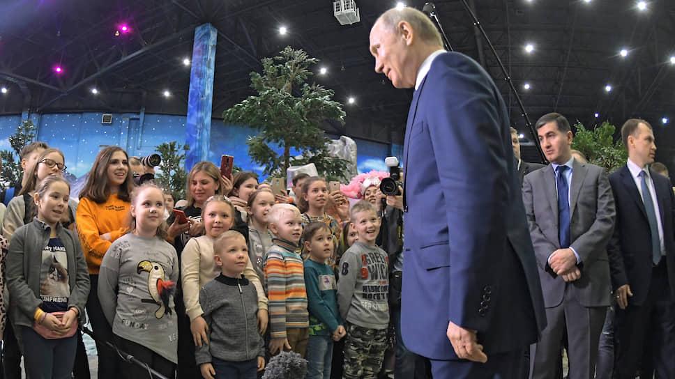 Через минуту эти смирные дети осатанеют и еще полчаса будут атаковать Владимира Путина в жажде сфотографироваться с ним