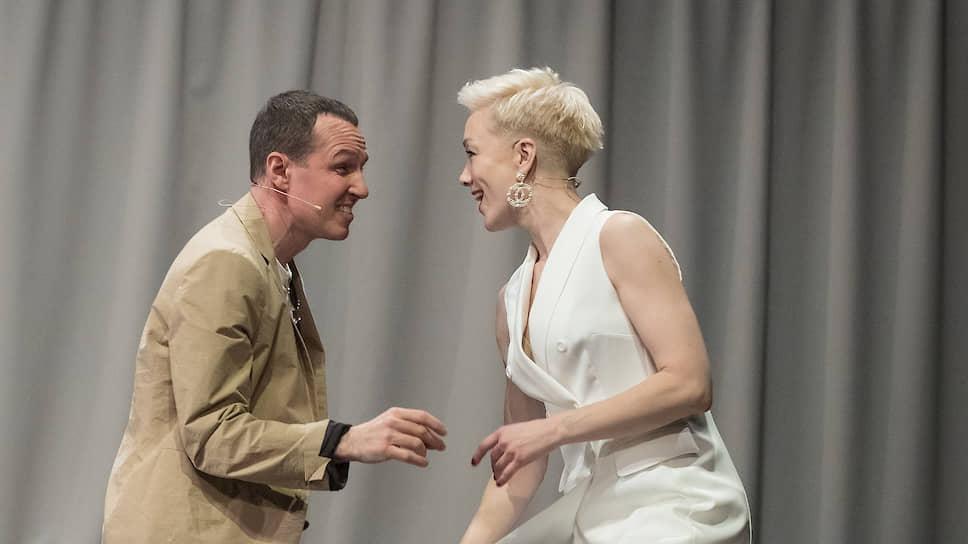 Аркадина в исполнении Дарьи Мороз (справа) — единственная фигура спектакля, в которой нет никакой условности