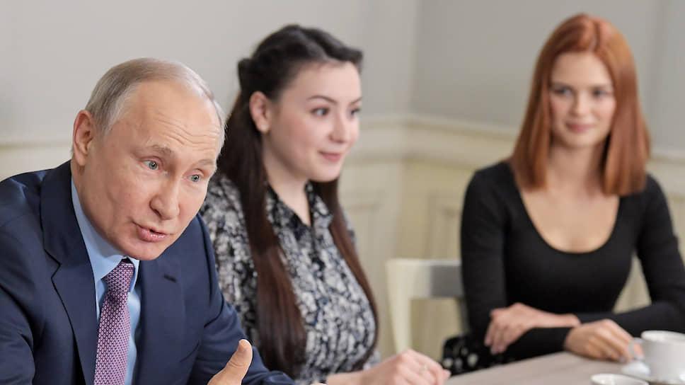 На встрече девушки интересовались наиболее их интересующим. То есть поправками к Конституции
