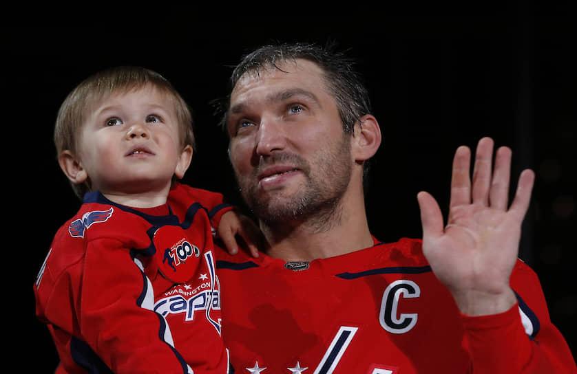 К паузе в чемпионате НХЛ Александр Овечкин (на фото с сыном Сергеем) подошел лидером снайперской гонки