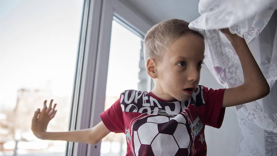 Врожденное заболевание Миши затрагивает позвоночник, суставы, мышцы, череп, зрение, слух и головной мозг