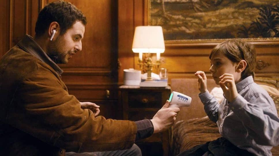 Главное оружие доктора, которым притворяется рассыльный (Хаким Джемили, слева),— доброта