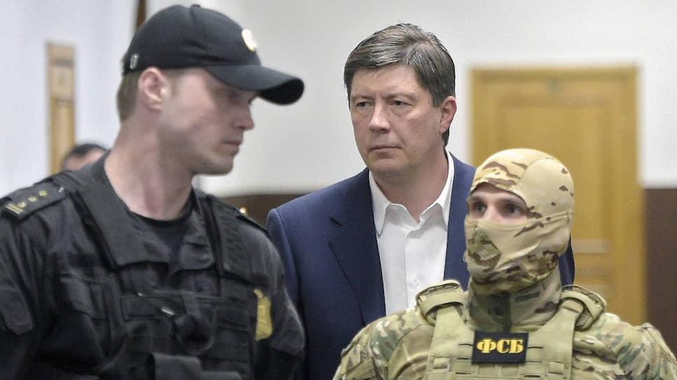 Алексей Хотин (справа) начал знакомиться с материалами следствия