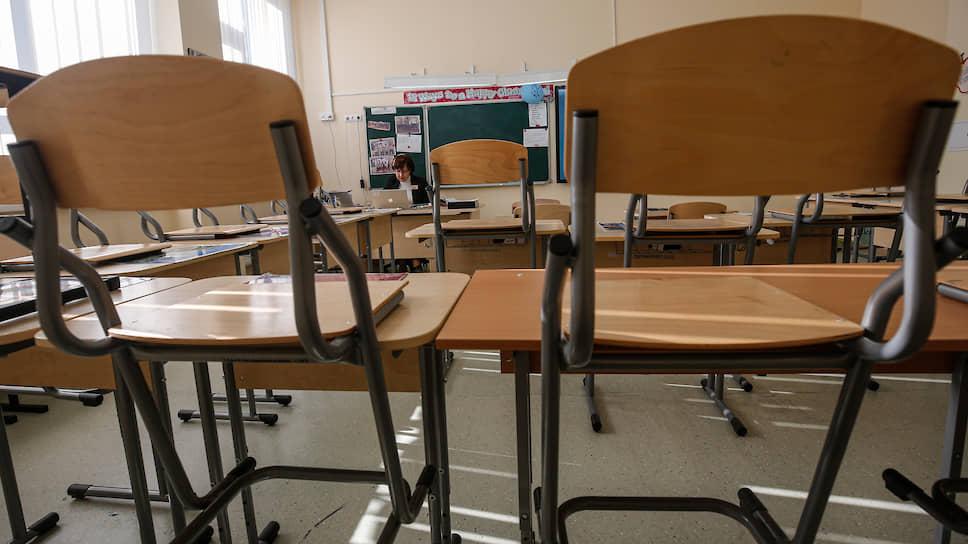 Несмотря на закрытие школ, преподавателей обязывают их посещать