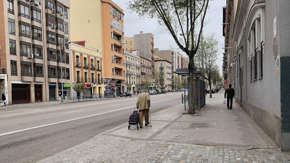 В центре Мадрида людей буквально единицы: жители столицы заперты в квартирах, из которых могут выйти лишь за продуктами или в аптеку