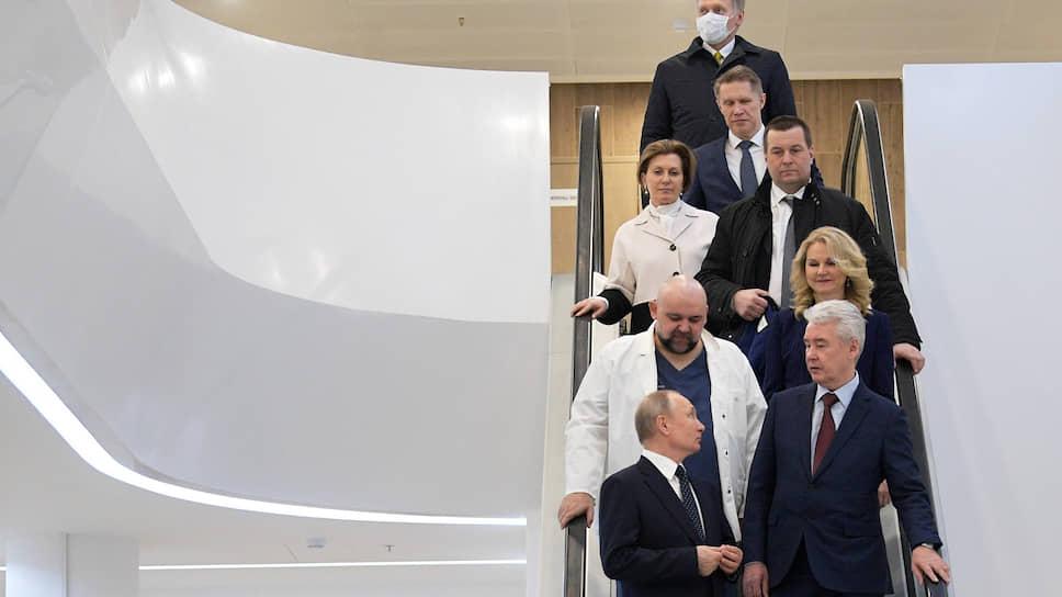 Пресс-секретарь президента Дмитрий Песков (на заднем плане) выигрышно выделялся на общем фоне