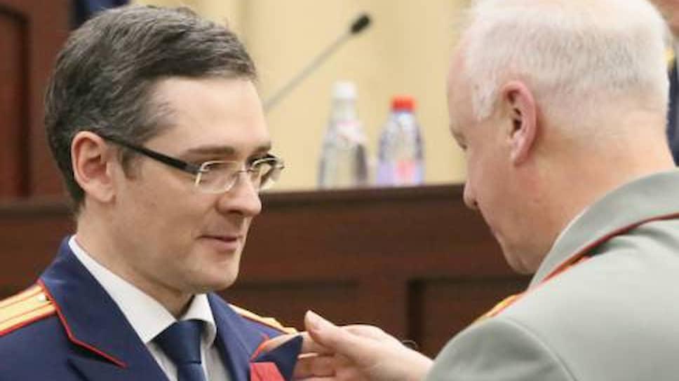 Анатолий Разинкин (слева), которого прочат в замгенпрокуроры, в ведомстве Александра Бастрыкина (справа) стал генерал-майором и получил медаль ордена «За заслуги перед Отечеством» II степени