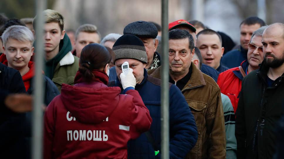 Проверка температуры у болельщиков перед матчем Высшей лиги чемпионата Белоруссии по футболу