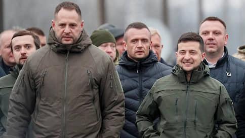 Владимира Зеленского бьют по правой руке  / Глава администрации президента Украины оказался в центре коррупционного скандала