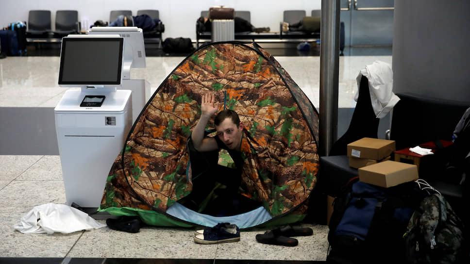 Родина-мать не везет / Десятки тысяч россиян остались за границей