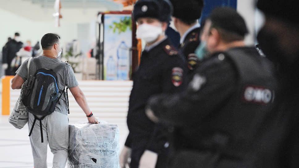 Россияне, которые все-таки смогли попасть на рейсы на родину, теперь должны будут провести две недели под пристальным наблюдением специалистов (на фото: встреча пассажиров рейса Бангкок—Новосибирск в аэропорту Толмачево)