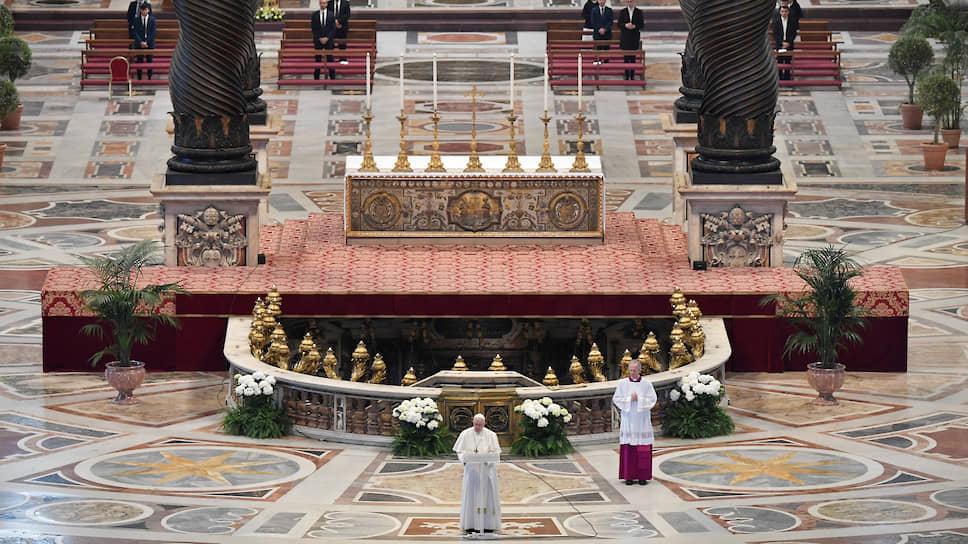 Обычно ритуал празднования Воскресения Христова собирал на площади Ватикана десятки тысяч людей. На сей раз папа Франциск отслужил утреннюю пасхальную литургию в практически пустом соборе Святого Петра