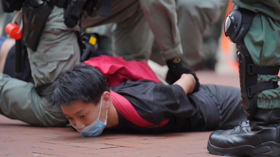 На улицы Гонконга вновь вышли тысячи демонстрантов. Они выступают против принятия законопроекта, дающего центральным властям КНР беспрецедентные полномочия по подавлению акций протеста