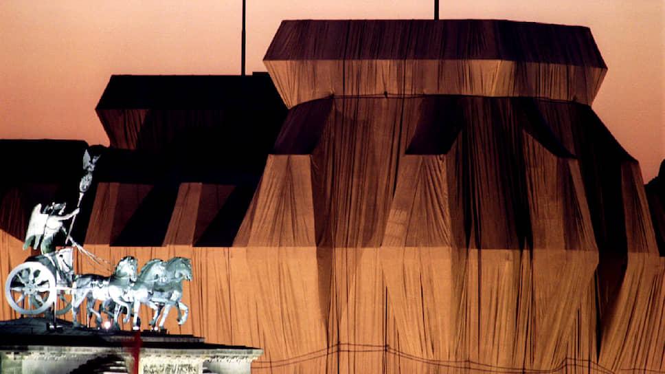Знаменитейшим произведением Кристо стало «закутывание» здания берлинского Рейхстага в год 50-летия разгрома нацистской Германии