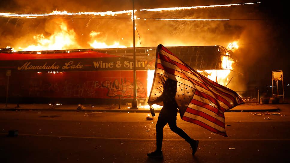 С начала протестов в стране задержано свыше 4 тыс. человек. Не менее 40 городов ввели комендантский час, более половины штатов задействовали национальную гвардию