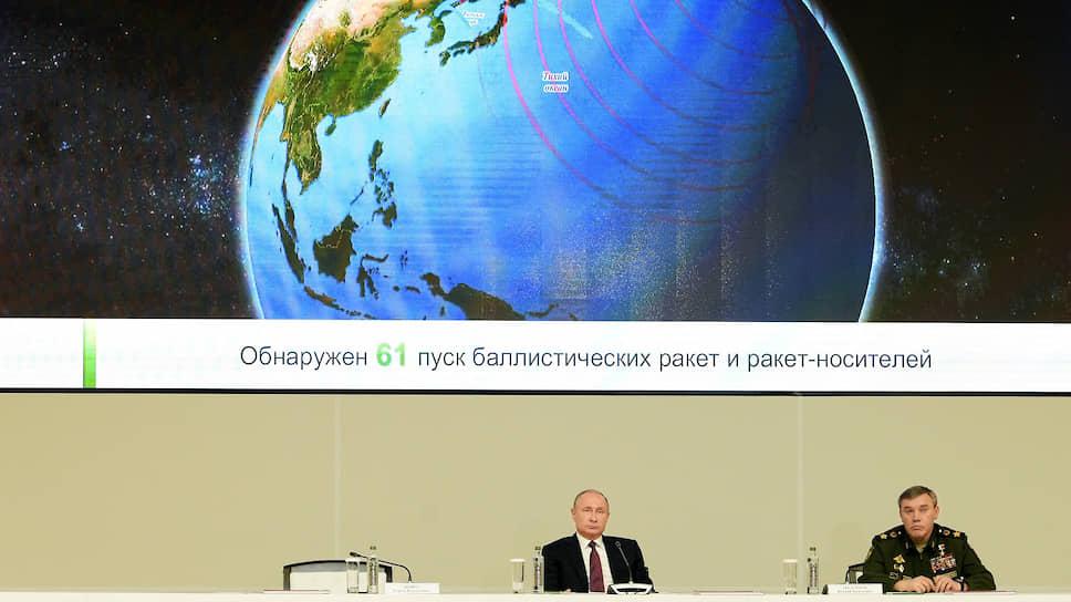 Высшее военно-политическое руководство страны (на фото: президент Владимир Путин и начальник Генерального штаба Валерий Герасимов) впервые опубликовало документ о том, что будет, если Россия узнает о старте ракет, атакующих ее территорию