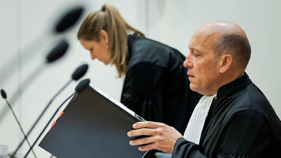 Голландские адвокаты (на фото) Олега Пулатова попросили отложить рассмотрение дела в связи с тем, что из-за пандемии коронавируса они не могут очно общаться со своим подзащитным