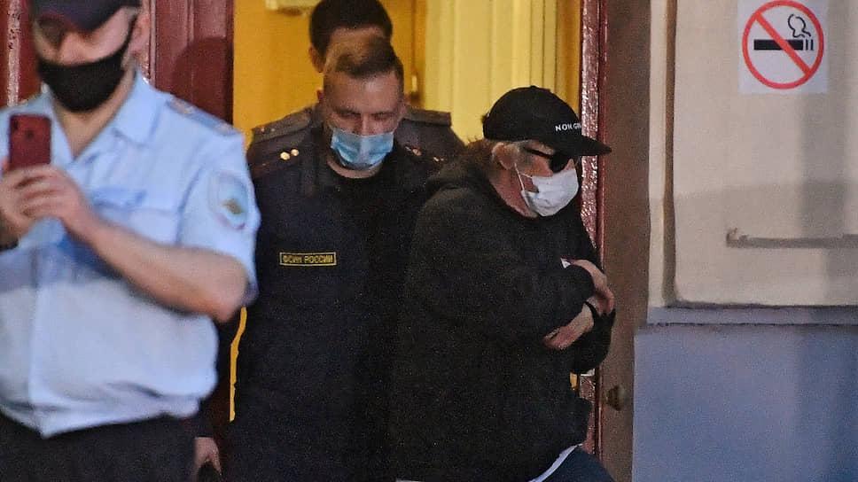 Актер Михаил Ефремов (справа) после заседания суда, на котором ему избрана мера пресечения в виде домашнего ареста на два месяца