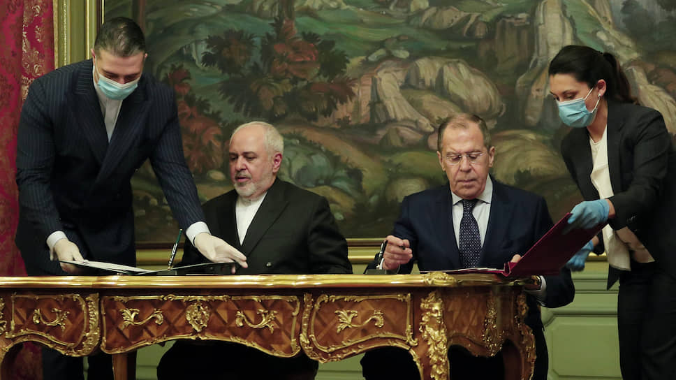 Главы МИД России и Ирана Сергей Лавров и Мохаммад Джавад Зариф подписали декларацию, демонстрирующую, что Москва и Тегеран отвергают попытки Вашингтона задействовать механизм жестких антииранских санкций