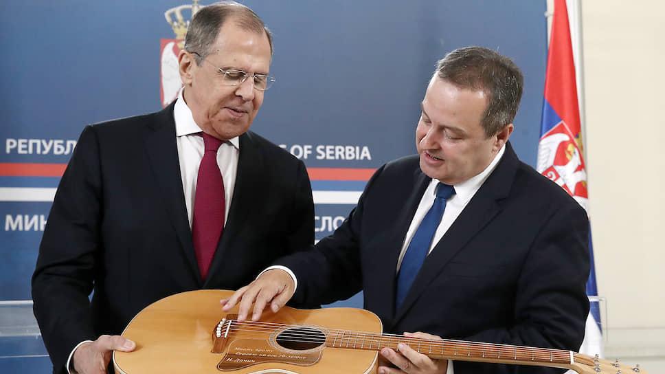 Глава МИД Сербии Ивица Дачич подарил Сергею Лаврову гитару, а тот в ответ преподнес сербскому коллеге в подарок микрофон — оба дипломата не прочь спеть в хорошей компании