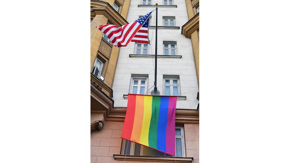 Флаг ЛГБТ-сообщества на здании посольства США
