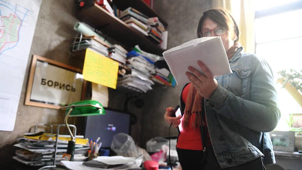 Муниципальный депутат Юлия Галямина в квартире во время обыска