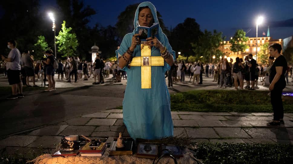 Наиболее радикальная часть протестующих уверена, что воюет за святое дело, пытаясь сорвать готовящуюся «сдачу Косово»