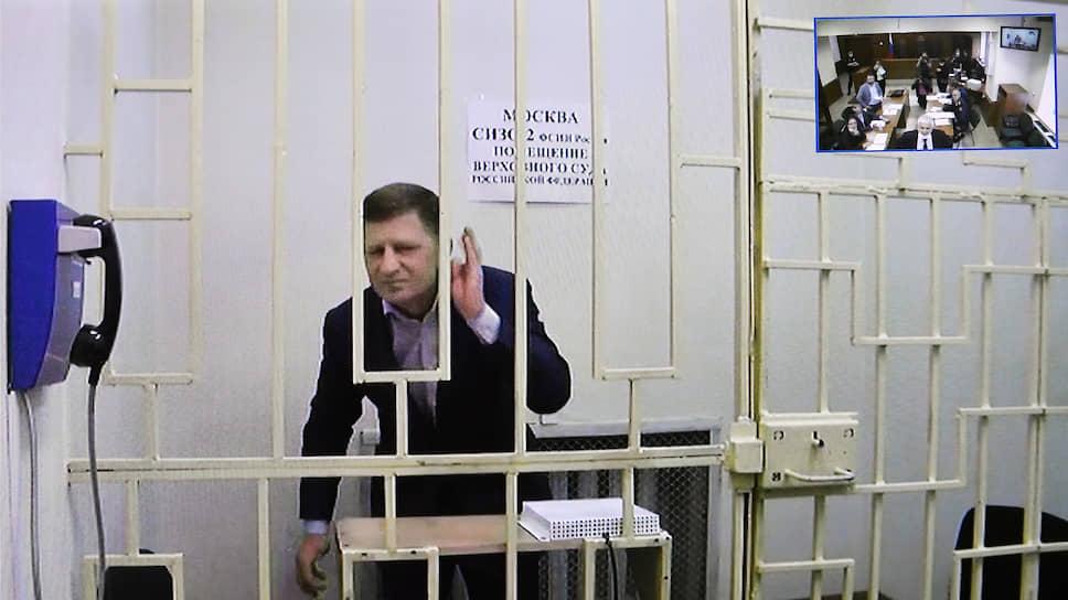 По видео-конференц-связи Сергей Фургал не только активно пообщался с собравшимися в суде, но и спел для них песню