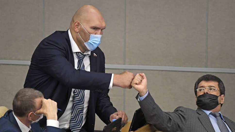 Депутату и боксеру Николаю Валуеву (в центре) и его коллегам-единороссам в эту сессию пришлось больше бороться не с оппозицией, а с коронавирусом