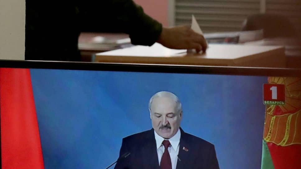 Белорусские военные заверяют, что «армия гордится своим главнокомандующим» — президентом Александром Лукашенко — и готова поддержать его как на боевом посту, так и на избирательных участках