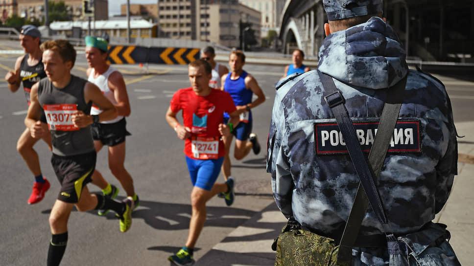 Участники московского полумарафона во время забега