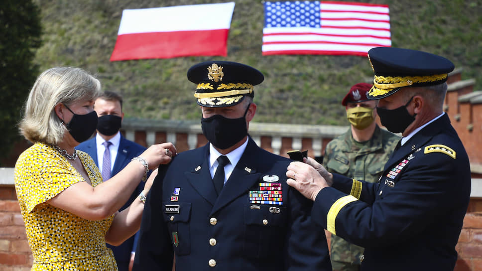 Начальником передового пункта командования 5-го армейского корпуса США в Польше назначен Джон Колашески (в центре), получивший 4 августа звание генерал-лейтенанта