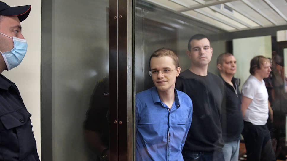 Вячеслава Крюкова, Руслана Костыленкова, Петра Карамзина (слева направо) суд отправил в колонию, а Дмитрий Полетаев (справа) получил условный срок и был освобожден в зале суда