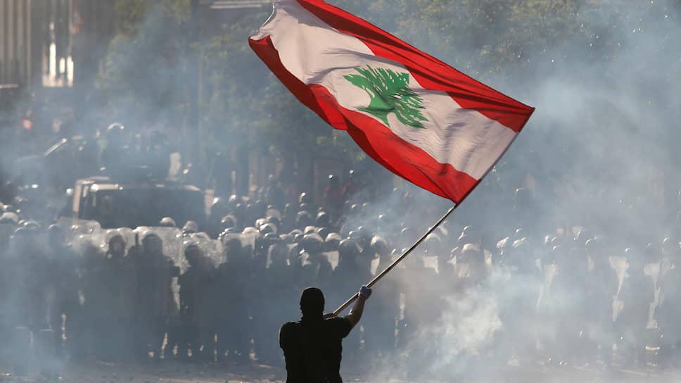 Демонстранты, требующие смены власти и честного расследования взрывов в порту Бейрута, в субботу захватили здания четырех министерств и нескольких банков